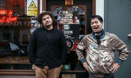 """""""แบรนด์ช้าง"""" ชวนคู่หูอารมณ์ดี โอ๊ต ปราโมทย์ และ ดีเจเจมส์ ณัฏฐ์ปวินท์ ตามลายแทงร้านอาหารไทยรสเด็ดในลอนดอน"""