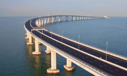 สะพานเชื่อมฮ่องกง-จูไห่-มาเก๊า เปิดตัวสุดอลังการวันนี้ สะพานและอุโมงค์ข้ามทะเลใหญ่ที่สุดในโลกแห่งนี้ เตรียมกระตุ้นการท่องเที่ยว ในพื้นที่ Greater Bay Area ให้เติบโตคึกคักยิ่งขึ้น