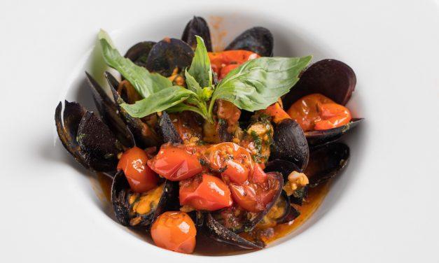 หอยแมลงภู่ดำราดซอสมะเขือเทศสไตล์เมดิเตอร์เรเนียน ณ ห้องอาหารนัมเบอร์ 43 อิตาเลียน บิสโทร เคป เฮ้าส์ กรุงเทพฯ