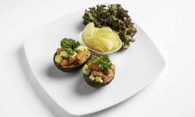แซลมอนทาทาร์เสิร์ฟพร้อมอะโวคาโด อาหารจานสุขภาพที่คุณต้องหลงรัก  ณ โรงแรมแคนทารี กบินทร์บุรี