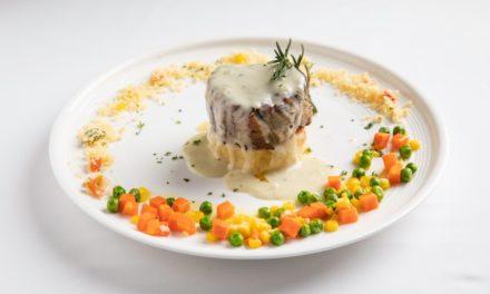 สีสันแห่งความอร่อยต้อนรับซัมเมอร์ อกเป็ดรมควันย่างซอสส้ม & เนื้อสันในย่างเสิร์ฟพร้อมซอสบลูชีส  ณ โรงแรมคาราเวล เฮ้าส์ ศรีราชา ห้องอาหารแคลิฟอร์เนีย สเต็ก